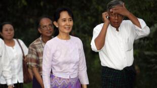 Aung San Suu Kyi à sa libération avec des membres de son parti la Ligue nationale pour la démocratie (LND), à Rangoon, le 13 novembre 2010.