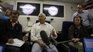 美国国防部长盖茨6月2日在前往新加坡参加第十届亚太安全会议的途中答记者问。