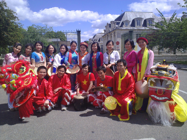 Đoàn sinh viên tạo màu sắc Việt Nam trên phố Lorient (Tuấn Thảo)