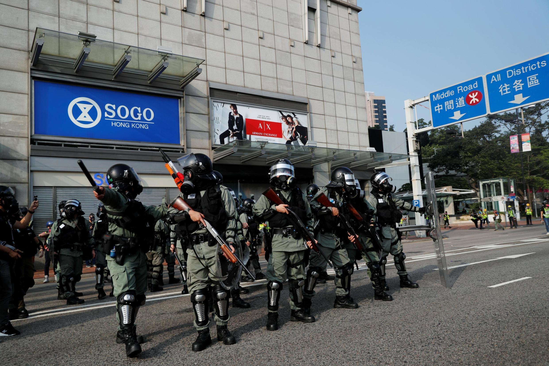 Cảnh sát chống bạo động tại khu phố du lịch Tiêm Sa Chủy (Tsim Sha Tsui), Hồng Kông ngày 27/10/2019.