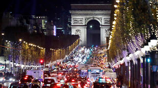 Os Campos Elíseos, uma das principais artérias de Paris, não conta este ano, pela primeira vez desde 2008, com o tradicional mercado de Natal.
