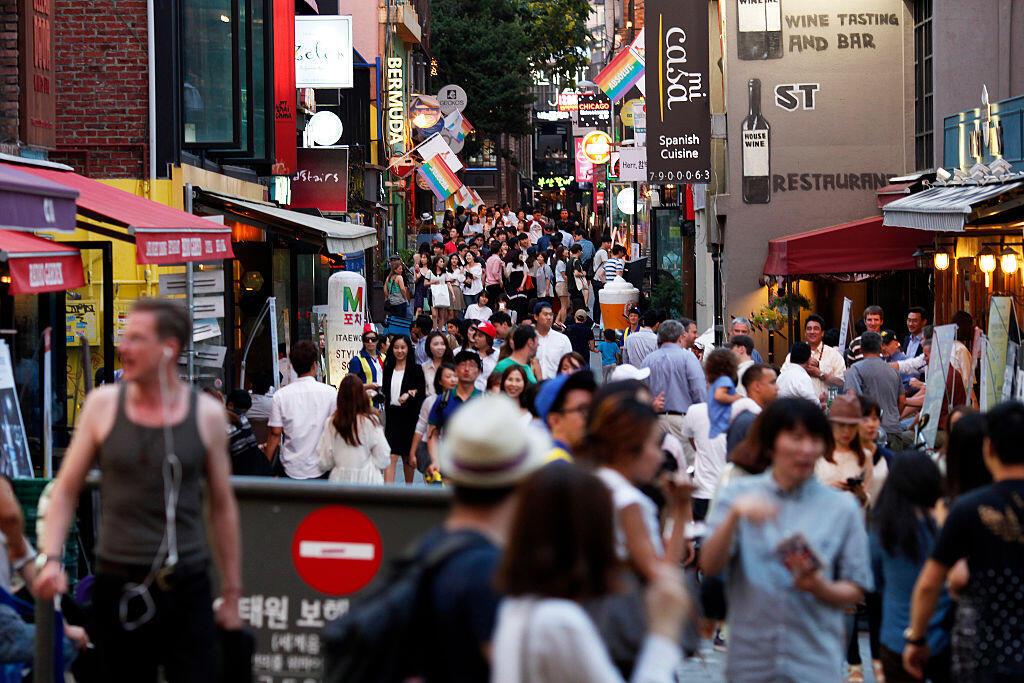 Les restaurateurs, les grands magasins, les marchands de fleurs s'estiment menacés et demandent d'augmenter le montant maximum autorisé pour les cadeaux faits dans le milieu des affaires. Séoul, juillet 2015, dans le quartier d'Itaewon.