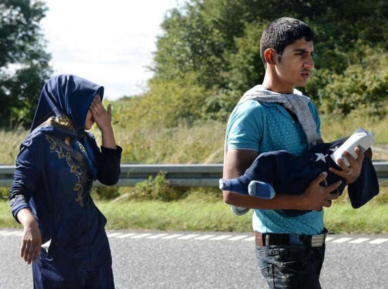 De jeunes migrants marchent sur l'autoroute E45 depuis Padborg, à la frontière dano-allemande, en direction de la Suède en septembre 2015.