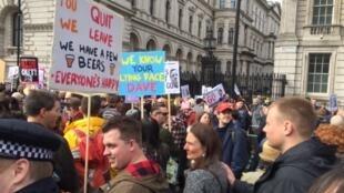 Centenas de pessoas pediram neste sábdo (9) a renúncia de Cameron diante da sede do governo em Downing Street, no centro de Londres.