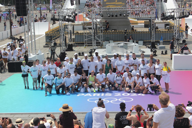 24 участника забега получили из рук организаторов Дня спорта сувенирные футболки и право принять участие волимпийском марафоне