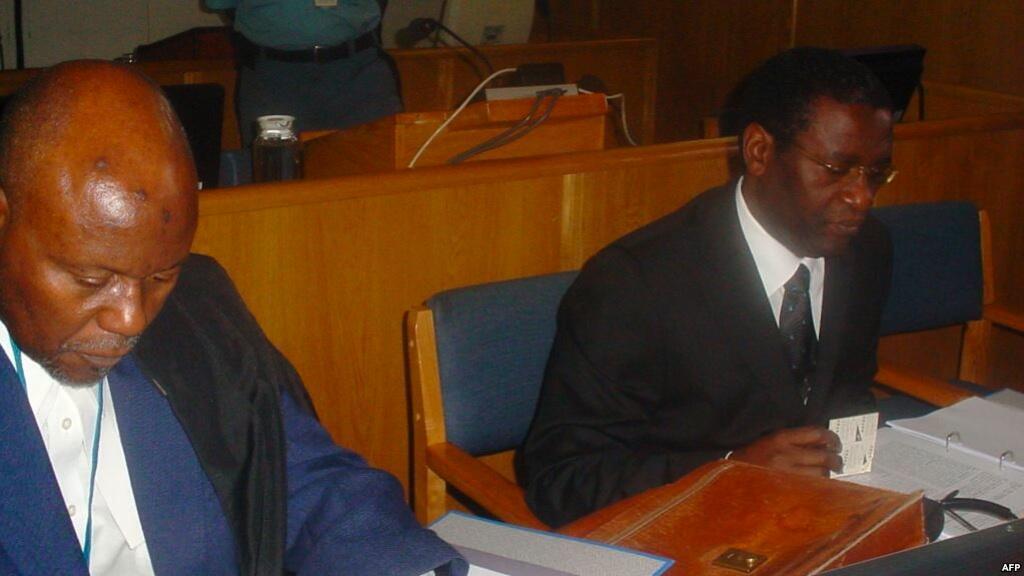 Mwanasheria Cecil John Maruma na mteja wake Augustin Ngirabatware, aliyekuwa waziri wa mipango ya mijini wa Rwanda, wakati wa kesi yake ikisikilizwa kwa mara ya kwanza katika Mahakama ya Kimataifa ya Mauaji ya Kimbari ya Rwanda (ICTR) Arusha, Oktoba 10, 20