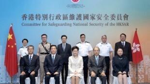 香港维护国家安全委员会举行首次会议,全体成员出席,包括主席林郑月娥(前排中),以及列席的中联办主任骆惠宁(前排左二)。