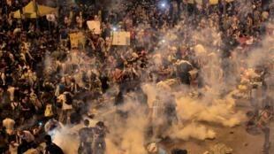 香港警方向佔中示威者發射催淚彈2014年9月28日香港。