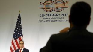 Le secrétaire au Trésor américain Steve Mnuchin lors de sa conférence de presse à Baden-Baden, en Allemagne, le 18 mars 2017.