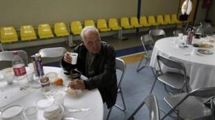Un sans-abri durant le dîner du Nouvel an pour les sans-abri d'Athènes, organisé par la municipalité, le 1er janvier 2013.