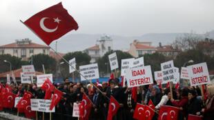 Акция в поддержку президента Турции Эрдогана во время первого слушания дела военных, обвиняемых в попытке государственного переворота, Мугла, Турция, 20 февраля 2017.