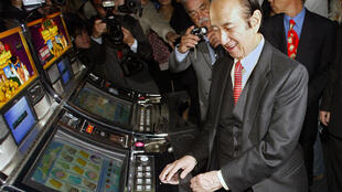 Le magnat des casinos à Macoa, Stanley Ho, inaugurant un nouvel établissement à Lisbonne, le 19 avril 2006.