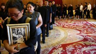 Des centaines de Thaïlandais rendent d'ores et déjà un hommage empli d'émotion au défunt roi.