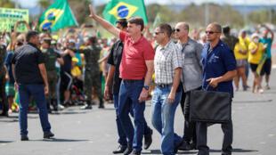 Biểu tình ủng hộ tổng thống Brazil Jair Bolsonaro chống lại các chính sách ngăn dịch của chính quyền địa phương. Ảnh chụp ngày 19/04/2020 tại Brasilia.