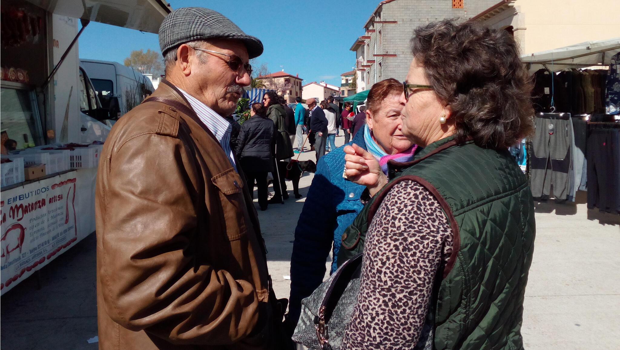 Des retraités sur le marché de Vallecas, dans la banlieue sud de Madrid. Leur pension sera désormais indexée sur la croissance économique et non plus sur l'inflation.