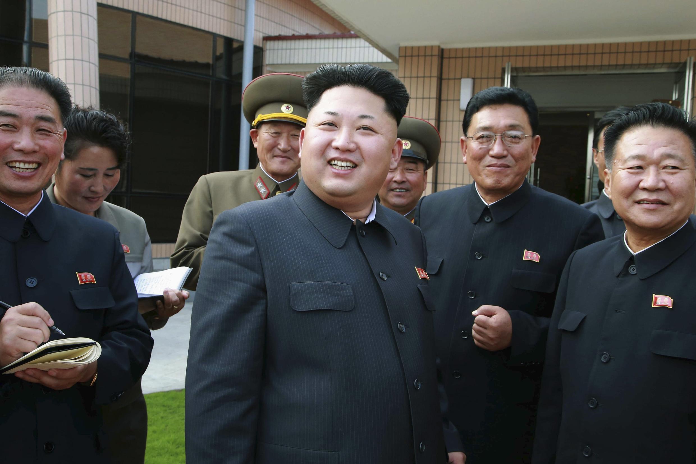 Ảnh lãnh đạo tối cao Bắc Triều Tiên  Kim Jong Un viếng thăm một cơ sở ở Bình Nhưỡng được hãng tin  KCNA công bố ngày 22/10/2014.