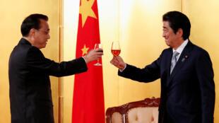 Thủ tướng Trung Quốc Lý Khắc Cường (T) và đồng nhiệm Abe tại Tokyo, Nhật Bản, 10/05/2018