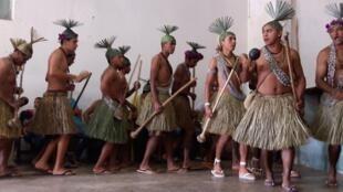 Pisando fortemente o solo, marcando o ritmo da dança, acompanhado por maracas e pelo coro de vozes, os Xukurus se comunicam com o reino dos Encantados na força do Toré.