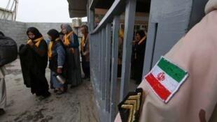 لوموند: مبالغ مربوط به واردات از ایران به حساب ویژه در بانک مرکزی عراق واریز میشود، در برابر، ایرانیان میتوانند از این مبالغ برای پرداختهای بدهیهای خود یا هزینه سفر زائران ایرانی به عراق، استفاده کنند.