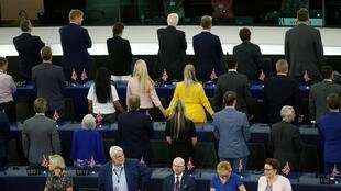 29 британских депутатов-евроскептиков повернулись спиной к залу во время исполнения гимна ЕС, 2 июля 2019 года