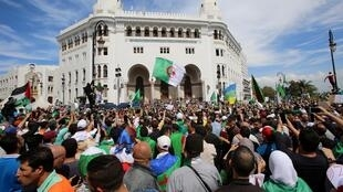 Les Algériens dans la rue pour un 13e vendredi consécutif contre le «système», à Alger, le 17 mai 2019.