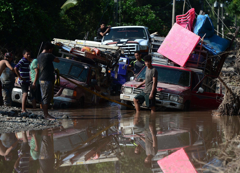 El Progreso, Yoro, Honduras: les populations tentent d'évacuer la zone avant l'arrivée de l'ouragan Iota sur des routes défoncées et inondées par l'ouragan Eta.
