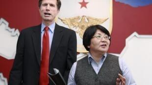 Заместитель госсекретаря США Роберт Блейк и глава временного правительства Киргизии Роза Отумбаева. Бишкек, 14 апреля 2010.