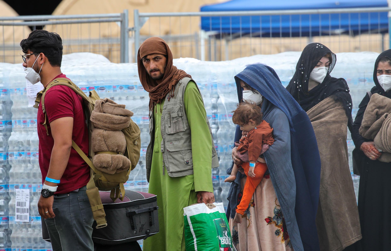 Refugiados afganos llegan a la base aérea estadounidene de Ramstein, en Alemania, el 26 de agosto de 2021