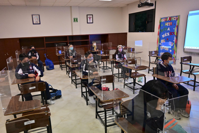Los estudiantes asisten a una clase en la escuela primaria Motolinia, tras la reapertura de los centros educativos en medio de la pandemia de covid-19 en Ciudad de México, el 30 de agosto de 2021