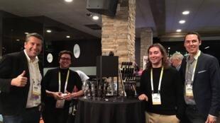 Idealizadores da D-Vine mostram máquina na CES, de Las Vegas.