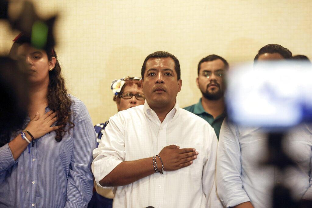 Foto de archivo del 18 de septiembre de 2019, el activista opositor nicaragüense Félix Maradiaga, en el centro, se canta el himno nacional durante una conferencia de prensa en Managua, Nicaragua.