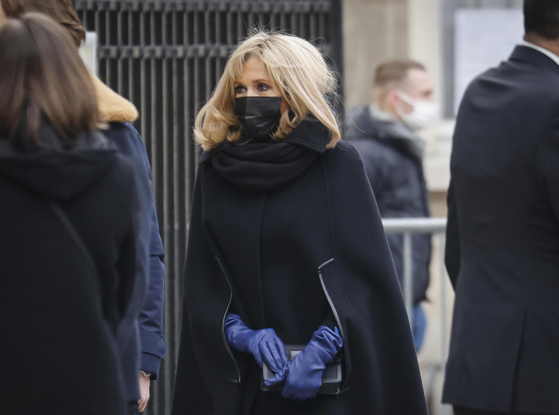 Brigitte Macron, esposa del presidente francés, a su llegada al funeral de un conocido periodista francés, Olivier Royant, director de la revista Paris Match, el 8 de enero de 2021 en París