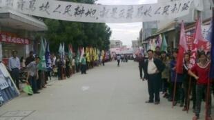 图为2011年11月22日,广东乌坎村民示威游行反对当时的村委会出卖土地。