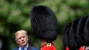 O presidente dos EUA, Donald Trump, inspeciona um guarda de honra no Palácio de Buckingham, em Londres, Grã-Bretanha, em 3 de junho de 2019.