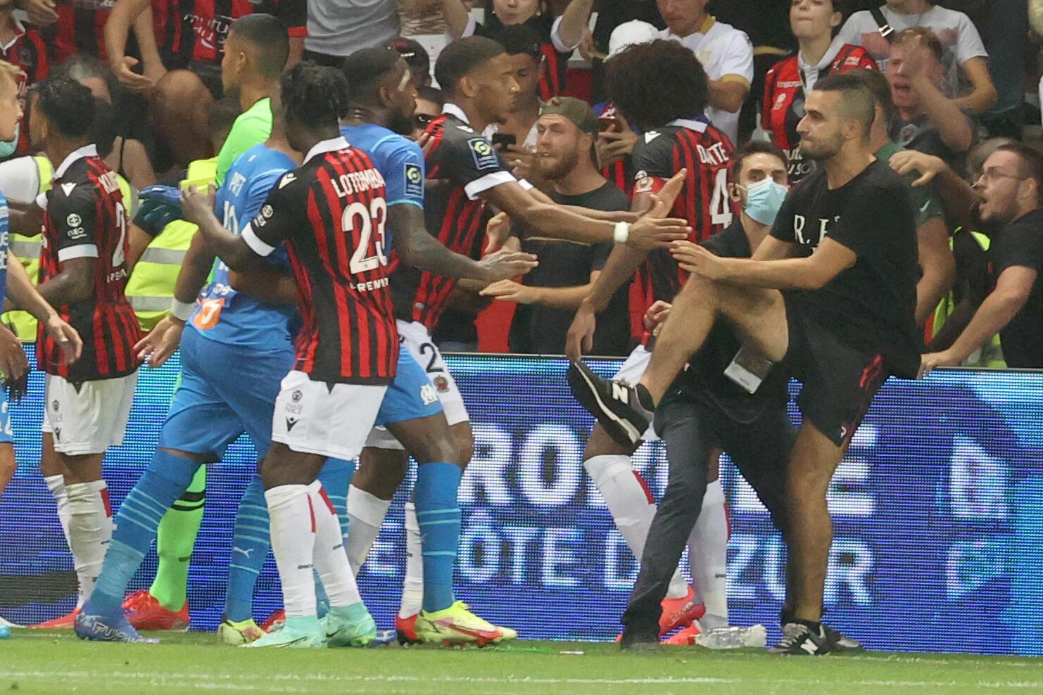 Un supporter aux prises avec les joueurs de Nice-Marseille, interrompu à la 75e après des incidents au stade Allianz Riviera de Nice, le 22 août 2021