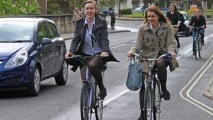 Ciclistas por las calles de Oxford, Reino Unido. Oxford es una ciudad universitaria donde el uso de la bicicleta está muy extendido.