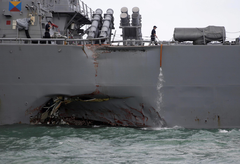 A colisão provocou uma gigantesca brecha na embarcação norte-americana.