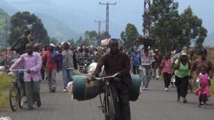 La fuite des familles congolaises devant les affrontements entre les FARDC et le M23, à Mugunga, près de Goma, le 22 novembre 2012.