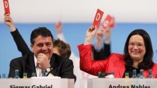 Sigmar Gabriel (g), chef du SPD et Andrea Nahles (d), secrétaire générale du SPD, lors du congrès à Dresde, le 14 novembre 2009.
