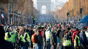 បាតុករចលនាអាវកាក់ពណ៌លឿង ប្រមូលម្តុំគ្នានៅដងវិថី Champs Elysees ក្នុងទីក្រុងប៉ារីស ដើម្បីប្រឆាំងទៅនឹងការឡើងថ្លៃប្រេងឥន្ធនៈ នាថ្ងៃទី១៧ វិច្ឆិកា ឆ្នាំ២០១៨។