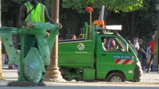 A capital francesa produz cerca de 3 mil toneladas de lixo por dia.