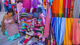 Vente de vêtements et de souvenirs en Bolivie.
