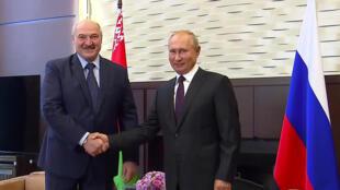 Ảnh tư liệu: Tổng thống Nga Vladimir Putin (P) và tổng thống Belarus Alexander Loukachenko trong cuộc gặp tại Sochi (Nga), ngày 14/09/2020.
