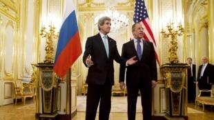 Ngoại trưởng Mỹ John Kerry và đồng nhiệm Nga Sergei Lavrov tại tư dinh đại sứ Nga ở Paris - REUTERS /Jacquelyn Martin