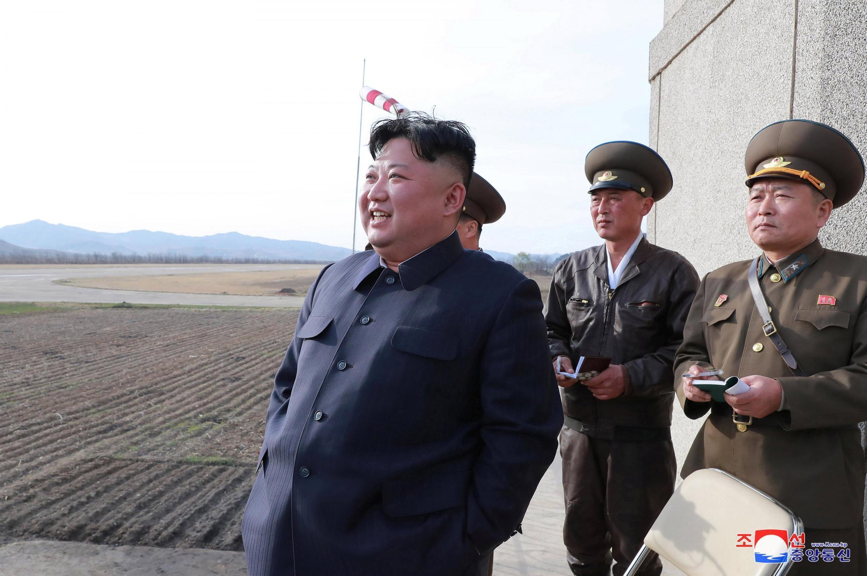 朝鲜官方朝中社公布的金正恩参观武器试射照片 2019年4月 资料照片