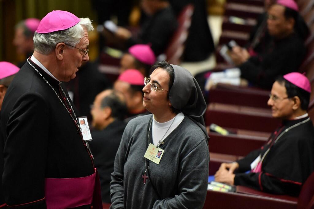 La nonne italienne Alessandra Smerilli discute avec l'évêque belge Luc Van Looy au Vatican le 3 octobre 2018.
