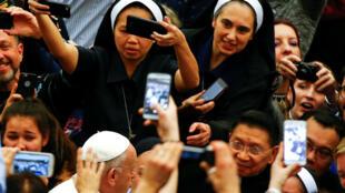 Các nữ tu sĩ chụp hình với giáo hoàng Phanxicô tại Vatican, ngày 07/03/2018.