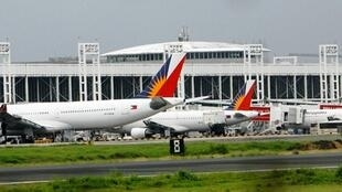 Philippine Airlines passenger planes are parked on the tarmac of Ninoy Aquino International Airport in Manila.(2010/07/31)