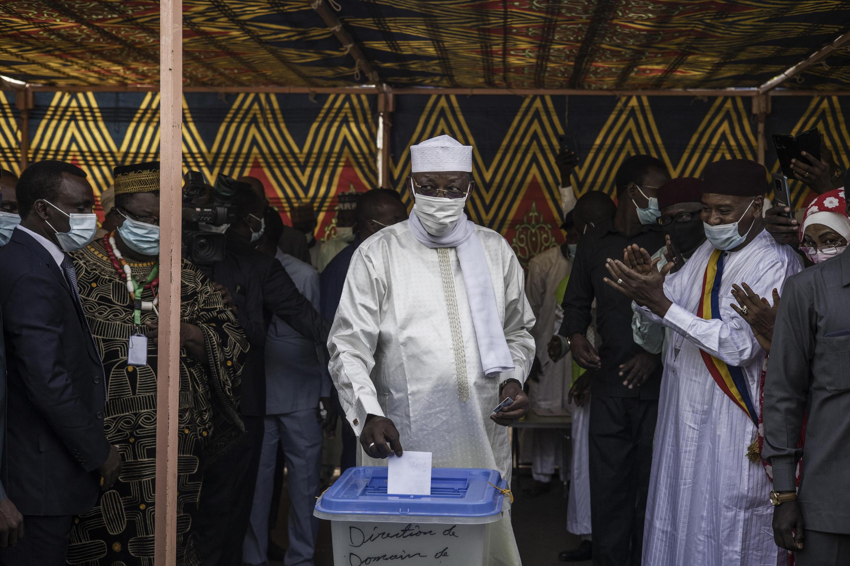 Rais wa Chad, Idriss Deby Itno,akipiga kura huko Ndjamena, Aprili 11, 2021.