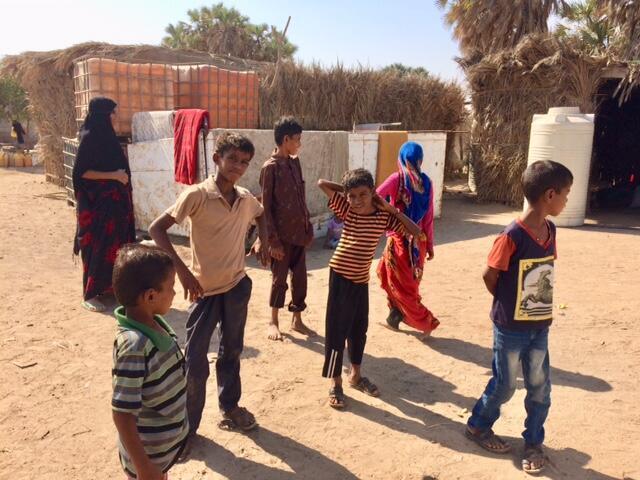 Plusieurs familles vivent à même le sable, dans des cabanes construites en feuilles de palmier en périphérie d'Aden, ce sont des déplacés de la guerre.